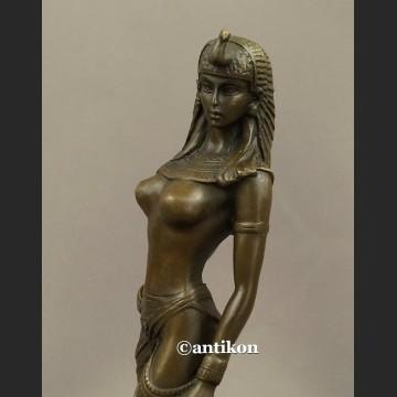 Śliczna Kleopatra z dzikim kotem rzeźba z brązu drapieżny akt