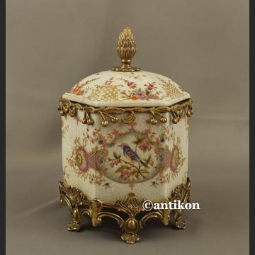 Bomboniera porcelanowa duża szkatuła okuta brązem