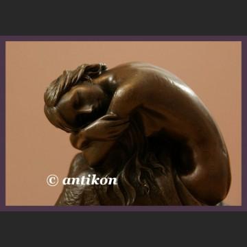 Śpiąca dziewczyna sygnowana rzeźba z brązu śliczny akt