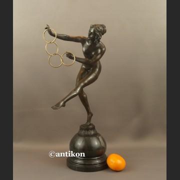Rzeźba z brązu duża Tanceka z obręczami