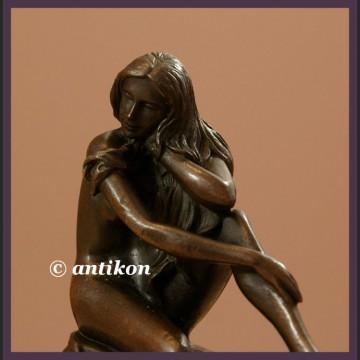 Piękna długowłosa dziewczyna klasyczny akt rzeźba z brązu
