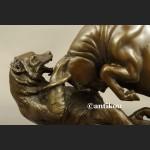 Byk walczący z niedźwiedziem rzeźba z prawdziwego brązu