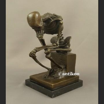 Figurka z brązu kościotrup duży myśliciel