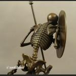 Kościotrup z tarczą waleczny Memento Mori duża rzeźba z brązu