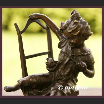 Urocza dziewczynka i kot brąz Francja znakomita rzeźba