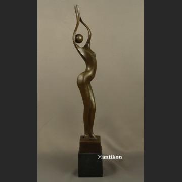 Rzeźba z brązu modernistyczna modelka