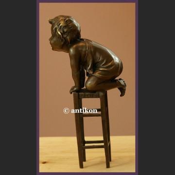 Rzeźba z brązu radosny malec sygnowana figurka uroczy chłopczyk