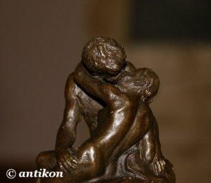 pocałunek rodin rzeźba z brązu